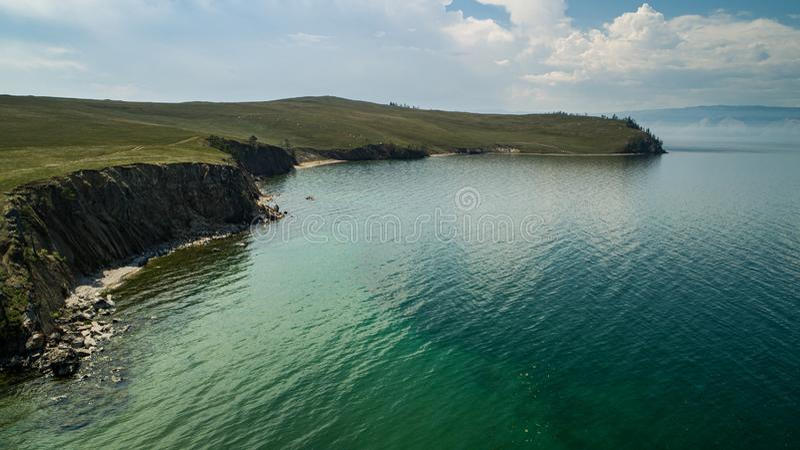 Aussicht auf die Hügel und Berge auf Olhon Island, Baikalsee, Russland, Luftfahrt lizenzfreies stockfoto
