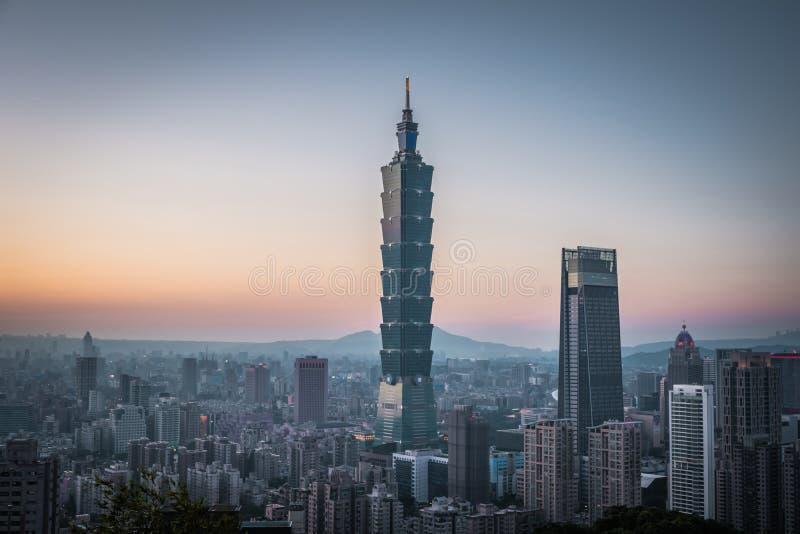 Aussicht auf die Innenstadt von Taipei bei Sonnenuntergang mit Taipei 101 Wolkenkratzer stockbilder