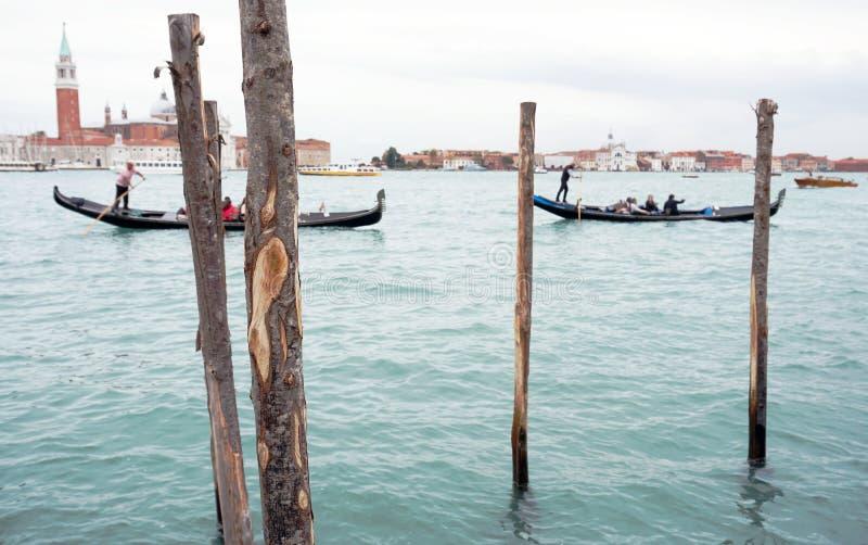 Aussicht auf die Lagune von Venetien, auf der die Touristen mit Gondelausfahrten fahren stockfotos