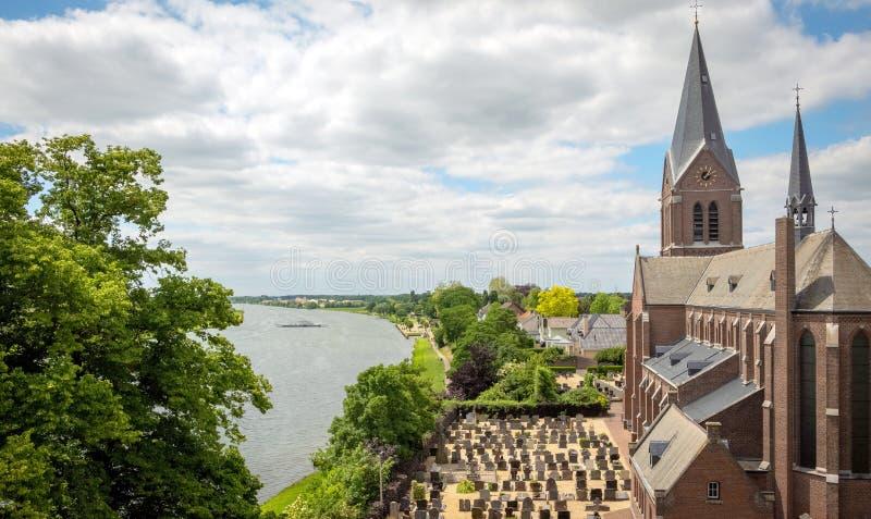 Aussicht auf die Maas bis zum Schloss Keverberg und zur Kirche im Kessel stockfoto