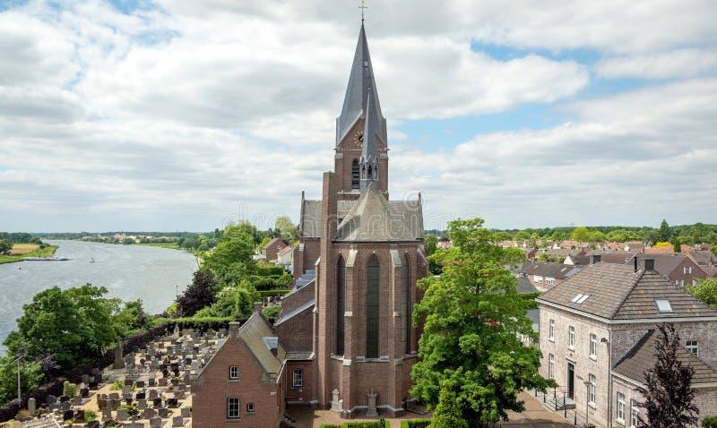 Aussicht auf die Maas bis zum Schloss Keverberg und zur Kirche im Kessel lizenzfreies stockfoto
