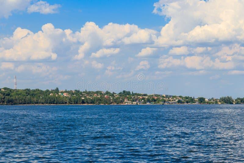 Aussicht auf die Stadt Nikopol aus dem Stausee von Kakhovka, Ukraine stockfotografie