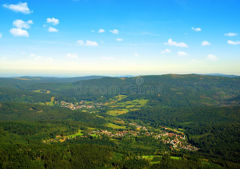 Aussicht vom Berg Grosser Arber auf die Stadt Bayerisch Eisenstein und Zelezna Ruda, Deutschland stockbilder