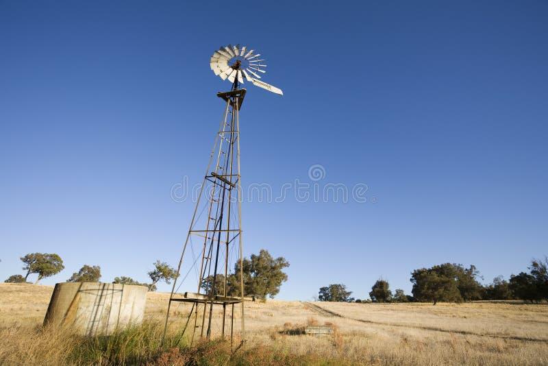 Aussie Wind Mill und ein Behälter stockbild