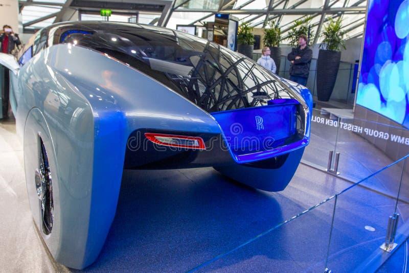Ausstellung an BMW-Museum stellt mutiges Konzeptauto von Zukunft - luxuriöse 103EX-Rolls-Royce VISION ALS NÄCHSTES 100, München,  stockbild