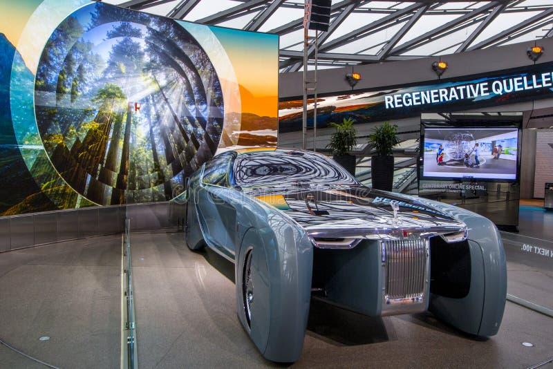 Ausstellung an BMW-Museum stellt mutiges Konzeptauto von Zukunft - luxuriöse 103EX-Rolls-Royce VISION ALS NÄCHSTES 100, München,  lizenzfreie stockfotos
