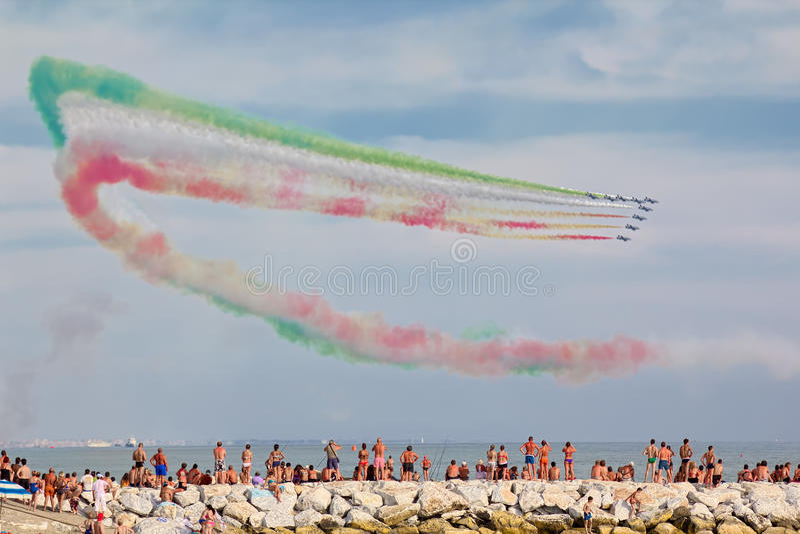 Ausstellung des italienischen aerobatic Teams Frecce Tricolori in Versilia Marina di Massa stockbild