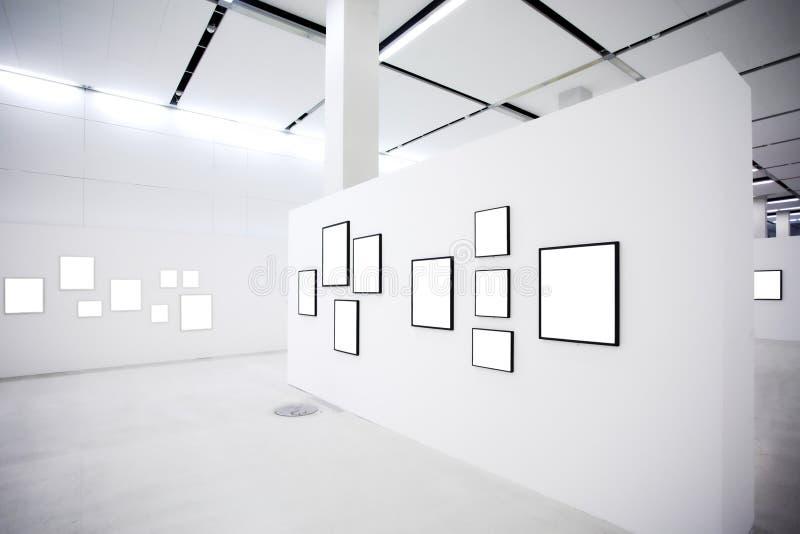Ausstellung mit vielen leeren Feldern auf weißen Wänden stockfotos
