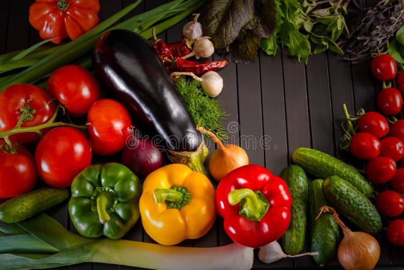 Ausstellung nah oben vom frischen organischen Gemüse, von der Zusammensetzung mit sortiertem rohem organischem Gemüse, vom roten  stockfoto
