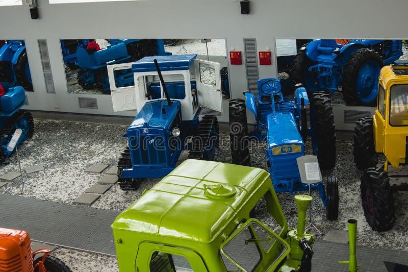 Ausstellung von alten und modernen Traktoren im Museum der Traktorgeschichte in Russland Russische industrielle Traktoren lizenzfreies stockfoto