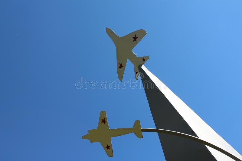 ausstellung Zwei Flächen auf dem Hintergrund des blauen Himmels stockfotos