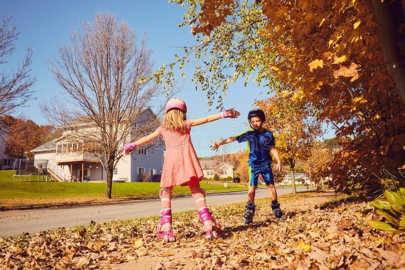 Ausstreckende Hände der glücklichen Freundrollschuhlaufen lizenzfreie stockfotografie