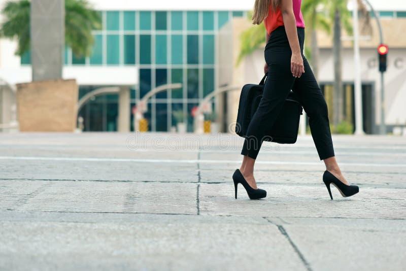 Austauschendes Gehen der Geschäftsfrau zum Büro durch Weg lizenzfreie stockbilder