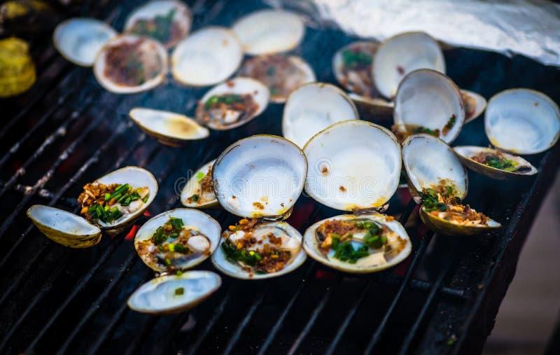 Austern auf dem Grill stockfotografie