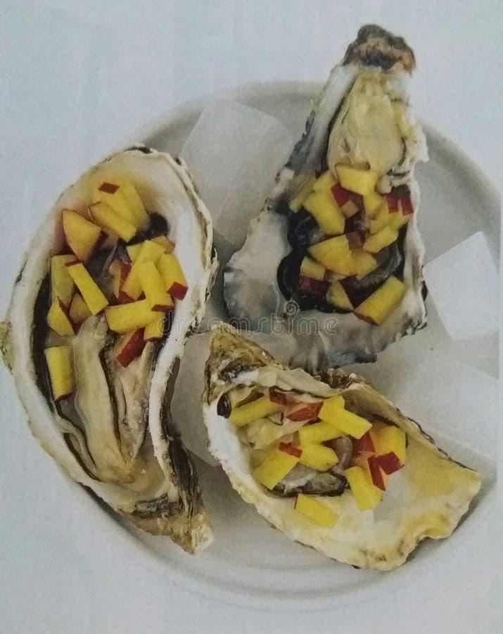 Austern mit Pfirsichen lizenzfreie stockfotografie