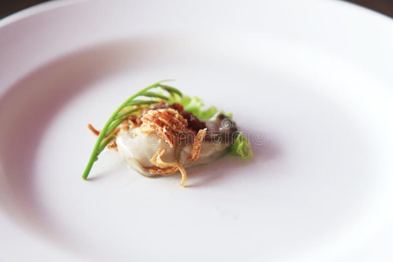 Austern sind Meeresfrüchte Es ist rohes Fleisch von Austern Gedient auf Eis, Gemüse, würzige Soße, Leucaena, Schalotten lizenzfreie stockfotografie