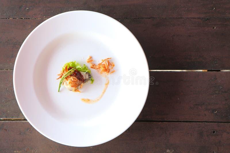Austern sind Meeresfrüchte Es ist rohes Fleisch von Austern Gedient auf Eis, Gemüse, würzige Soße, Leucaena, Schalotten lizenzfreies stockbild