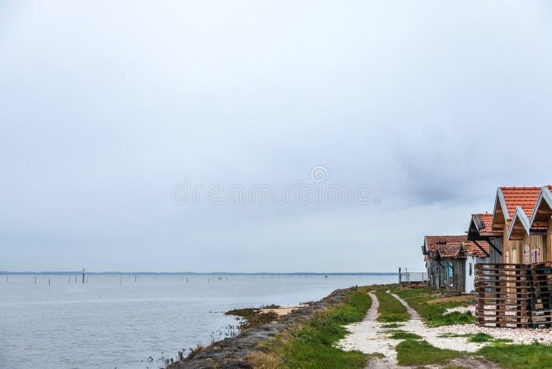 Austernlandwirthütten nahe dem Atlantik während eines bewölkten regnerischen Nachmittages auf ` Arcachon Arcachon-Bucht Bassin d  lizenzfreies stockfoto