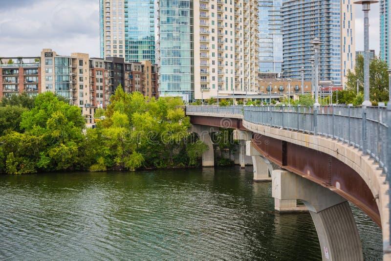 Austin do centro na ponte pedestre e no Rio Colorado de Pfluger fotografia de stock