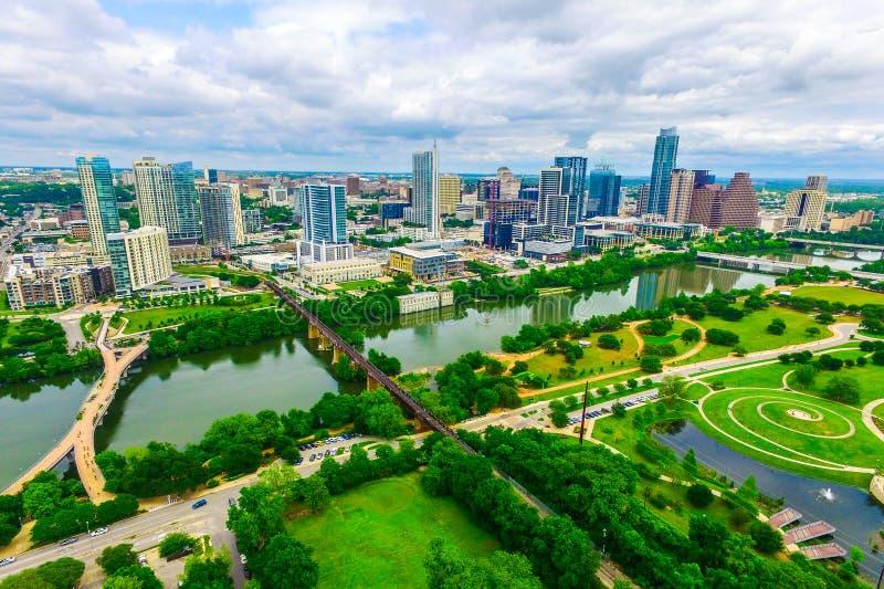 Austin, grüne Natur Texas, USA trifft Stadtluftbrummenansicht über moderne im Stadtzentrum gelegene Skylinestadtbildarchitektur u lizenzfreies stockbild