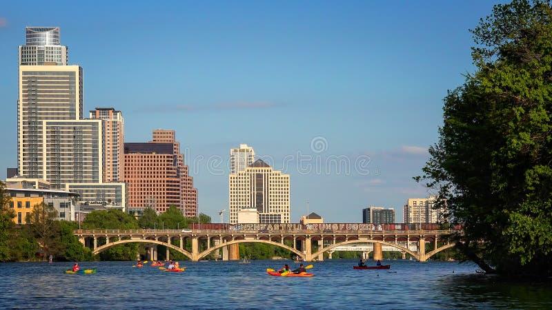 Austin Skyline et Kayaking sur le fleuve Colorado dans le Texas photographie stock