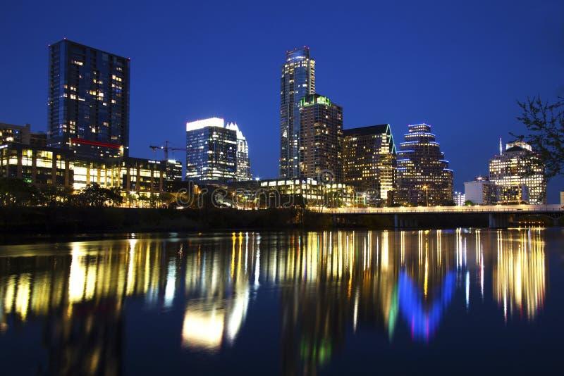 Austin Skyline Reflected nel fiume, Austin, il Texas fotografia stock libera da diritti
