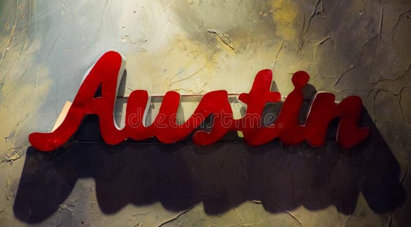 Austin Teksas metalu znaka obwieszenie na Textured ścianie fotografia stock