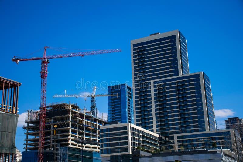 Austin Texas Capital City Star Construction Crane Growing Condos y construcción de las grúas del horizonte fotos de archivo