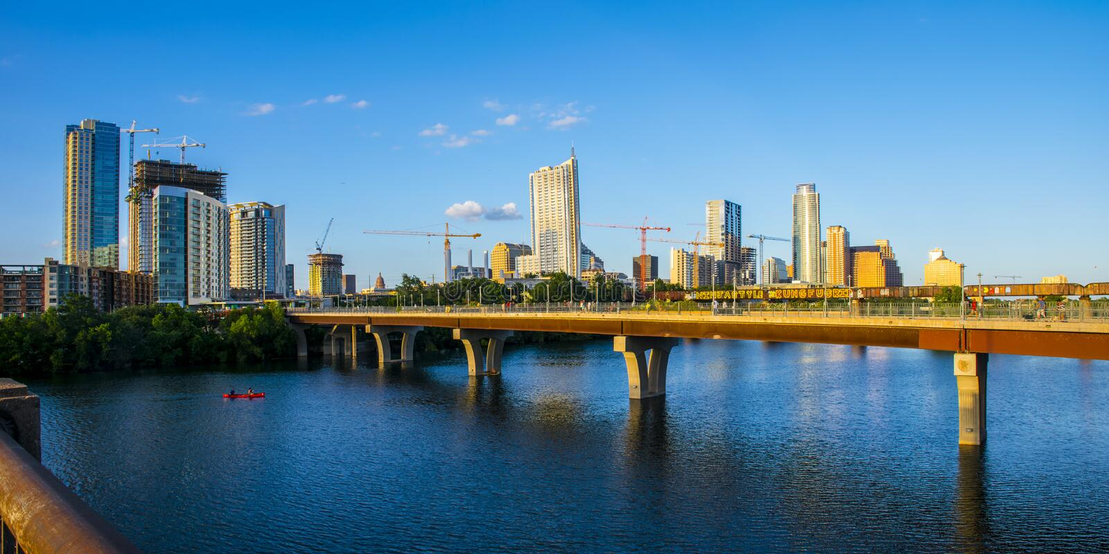 Austin Texas Growing Skyline Bridges Cranes-bouwvooruitgang stock afbeeldingen