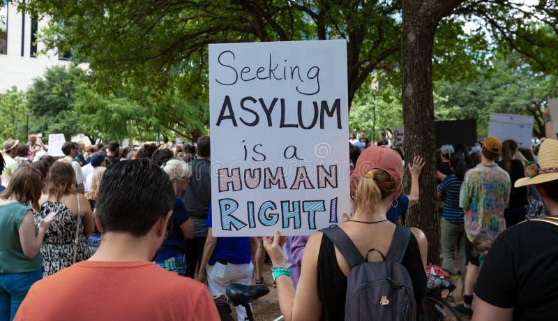 AUSTIN, TEXAS - 2. JULI 2019 - Leute, die gegen Präsidenten Donald Trump protestieren und Grenzlager Verschiedene Nachfragen an g lizenzfreies stockbild