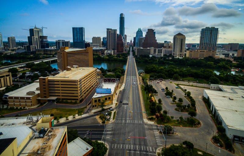 Austin Texas soluppgång som ser ner torn och Texas Capitol för bank för kongressavenyfrost i sikt royaltyfri bild