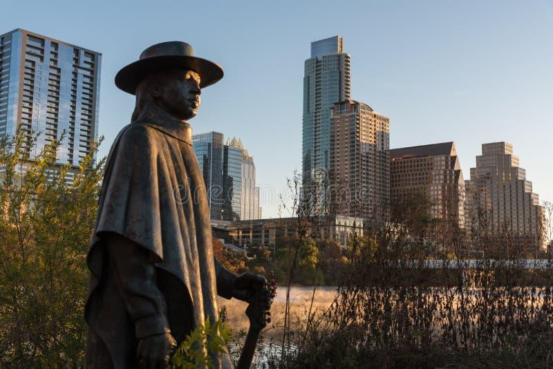 Austin Texas Stevie Ray Vaughan Statue an der Dämmerung stockfotos