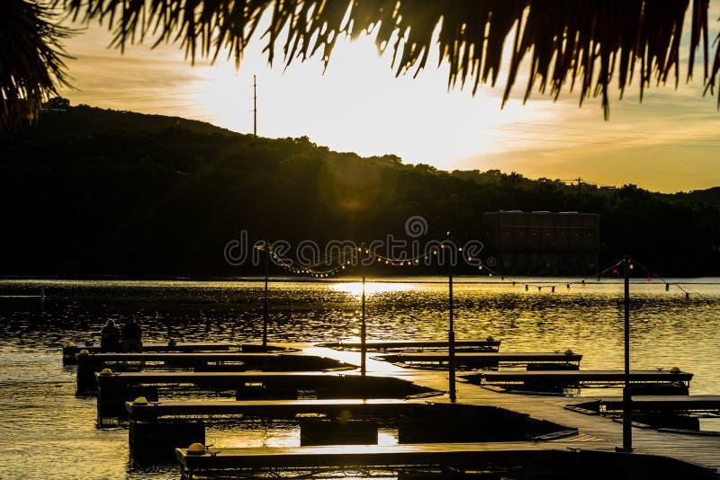 Austin Texas Town Lake Paradise op de Pijler sluit het water bij Zonsondergang royalty-vrije stock afbeeldingen