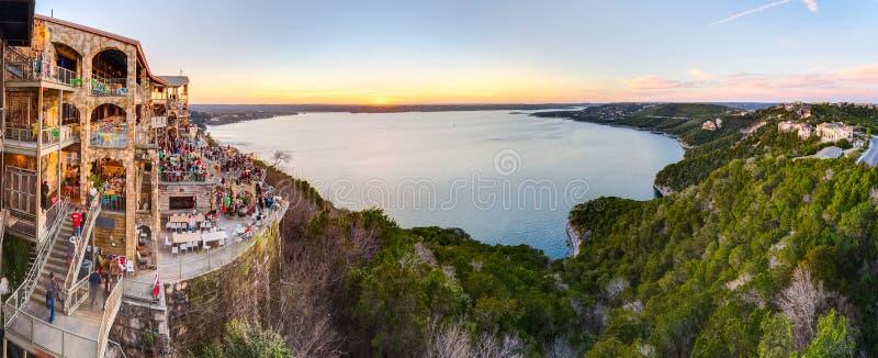 Austin TX/USA - circa Februari 2016: Panorama av sjön Travis från oasrestaurangen i Austin, Texas på solnedgången royaltyfri foto