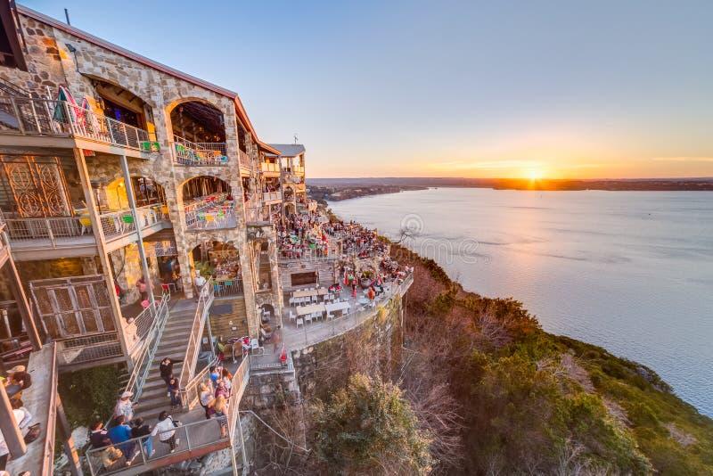 Austin, TX/USA - vers en février 2016 : Coucher du soleil au-dessus de lac Travis du restaurant d'oasis dans Austin, le Texas image libre de droits
