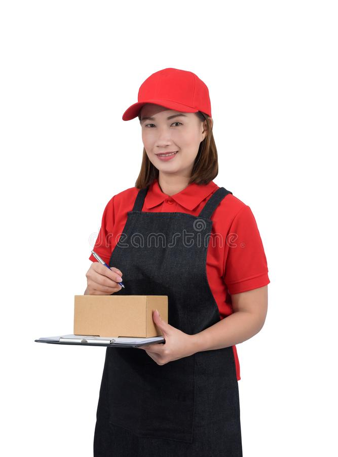 Austrägerin in der roten Uniform mit Schutzblech und in den Paketkästen, die Anmerkungen auf dem Lieferungsempfangsklemmbrett, lo lizenzfreies stockbild