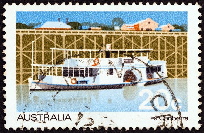 AUSTRALIË - CIRCA 1979: Een zegel in Australië wordt gedrukt toont de peddel-stoomboot van Canberra, circa 1979 die royalty-vrije stock fotografie