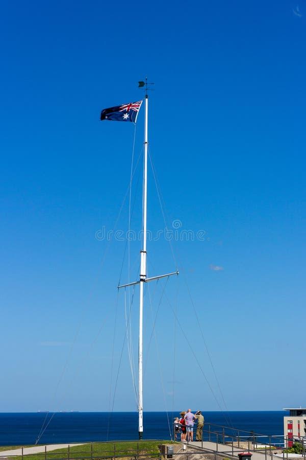 Australia zaznacza falowanie na flagstendze nad niebieskim niebem i morzem obrazy stock