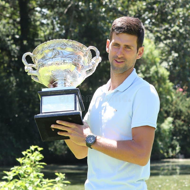 Australian Open-Meister 2019 Novak Djokovic von Serbien aufwerfend mit Australian Open-Trophäe am königlichen botanischen Garten  lizenzfreie stockfotografie