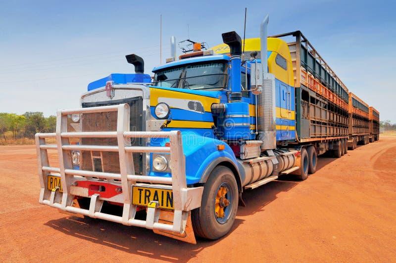 Australian Road Train på sidan av en väg, Outback Northern Territory, Australien arkivbild