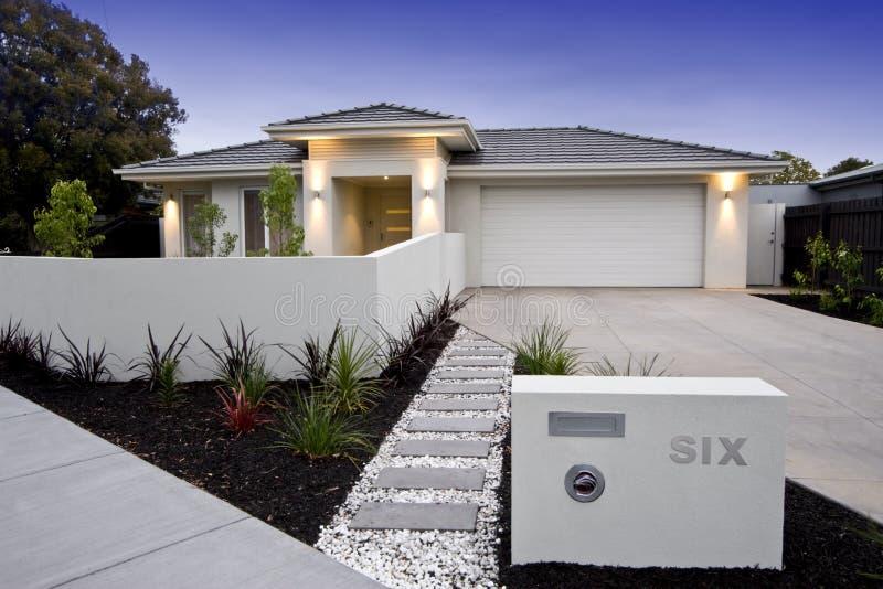 `Australiano contemporáneo de la fachada del hogar de la playa imagenes de archivo