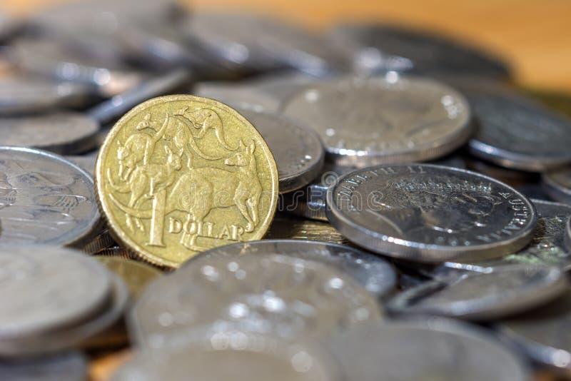 Australiano monedas ascendentes de una del dólar pila del cierre imagen de archivo libre de regalías
