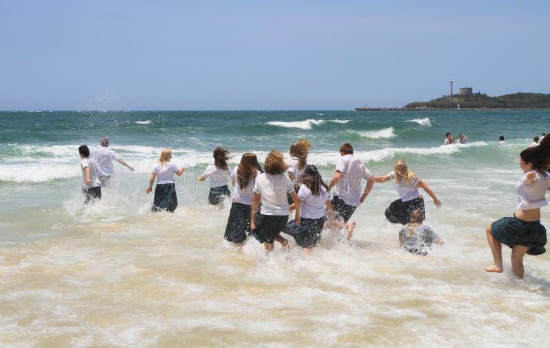 Australie, Queensland : Fonctionnement/plongeant dans le Pacifique photo libre de droits
