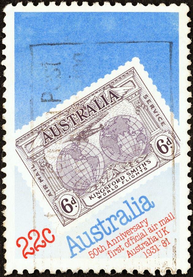 AUSTRALIEN - CIRCA 1981: En stämpel som skrivs ut i Australien, visar den Kingsford smedens flyg 1931 den jubileums- stämpeln, ci royaltyfri foto