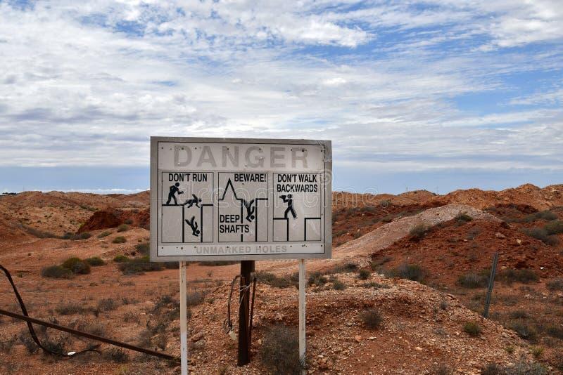Australien Coober Pedy, varningstecken arkivbild