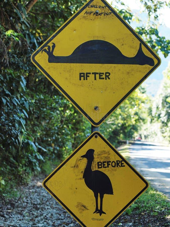 Australien roadsigns, bild av ett defaced vägmärke för kasuarfågeln royaltyfria bilder