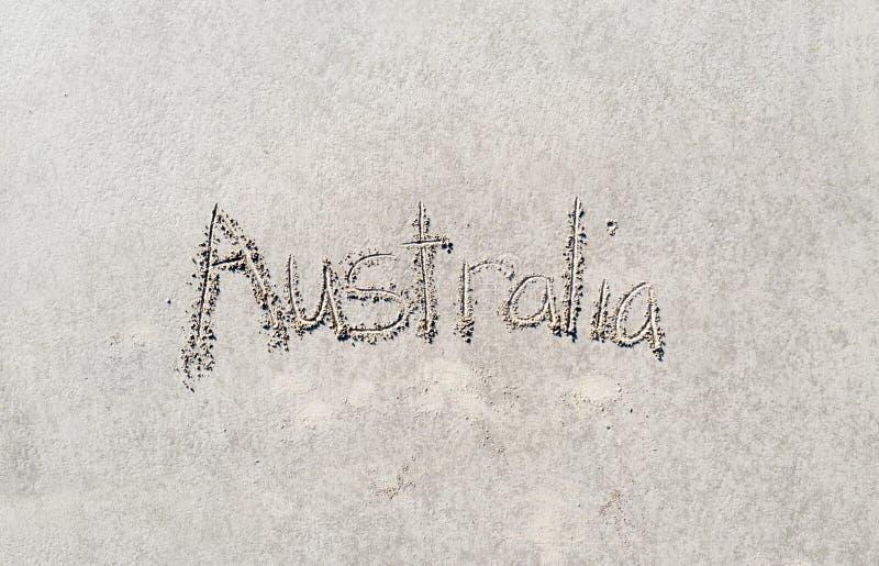 Australien som är skriftlig i sanden royaltyfri fotografi