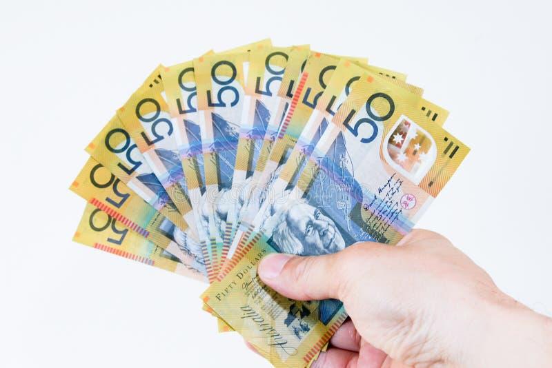 Australier fünfzig Dollaranmerkungen in der Hand ausgebreitet. stockbild