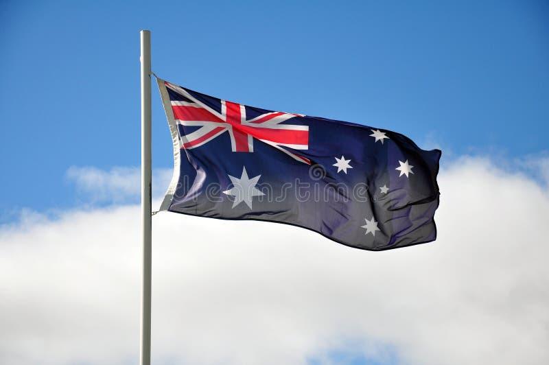 Australier fahnenschwenkend in der leichten Brise stockbilder