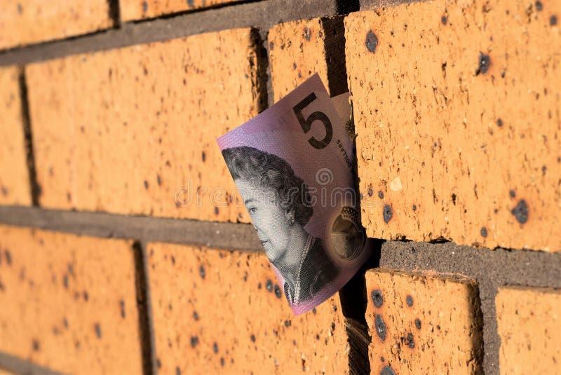 Australier fem dollar anmärkning på väggen arkivbild
